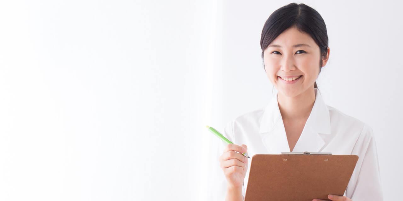 ミセルクリニック 笑顔で診察を行う医師の画像