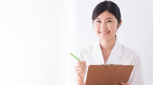 ミセルクリニック大阪梅田院の丁寧なカウンセリングを行う女性