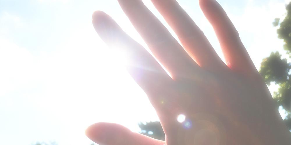 シミはなぜできるの? 紫外線を浴びると、紫外線という強い刺激から肌の深い組織を守るため、肌はメラニンという色素を作り出します。